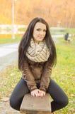 девушка стенда outdoors сидя Стоковое Изображение