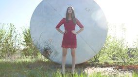 девушка строгая Серьезная девушка стоит около бочонка масла нефти Старый бочонок масла Стоковая Фотография