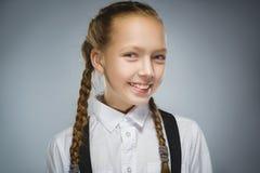 девушка счастливая Портрет крупного плана красивое предназначенного для подростков в вскользь усмехаться рубашки изолированный на Стоковое фото RF