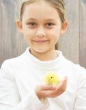 девушка с желтым цыпленком Стоковое Фото
