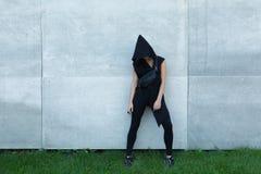девушка с малой сумкой около стены Стоковое Изображение
