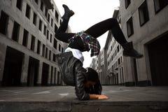 девушка танцора Бедр-хмеля представляя на дезертированных улицах Стоковые Фото