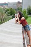 девушка фотографируя детенышей Стоковая Фотография RF