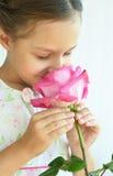 девушка цветка немногая подняла Стоковые Фото