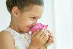 девушка цветка немногая подняла Стоковая Фотография