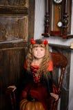 девушка дьявола хеллоуина в костюме в ретро интерьере Стоковое фото RF