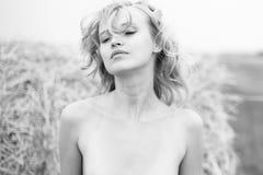 девушка outdoors Длинная блондинка волос в ветре Стоковые Изображения RF