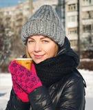девушка outdoors красивейшие перчатки девушки зеленеют уклад жизни ландшафта над зимой снежка шарфа Стоковые Изображения