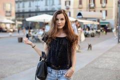 девушка outdoors стильная Стоковые Фото
