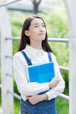 девушка outdoors читая Стоковое Изображение RF