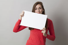 девушка 20s получая слабонервный на посылке плохой новости или вспугнутый на полученной напряжённой информации на пустом знамени Стоковые Фотографии RF