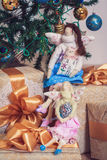 2 девушки ангела tilda сидя на подарках Нового Года Стоковое Изображение RF
