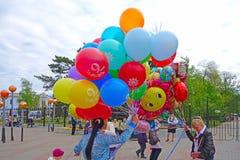2 девушки дают воздушные шары Стоковое Фото