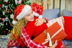 2 девушки дают подарки рождества Стоковые Фотографии RF