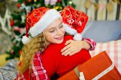 2 девушки дают подарки рождества Стоковые Изображения RF