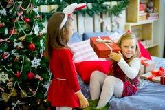 2 девушки дают подарки рождества Стоковое Фото