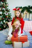 2 девушки дают подарки рождества Стоковое Изображение RF