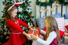 2 девушки дают подарки рождества Стоковые Изображения