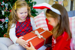 2 девушки дают подарки рождества Стоковое фото RF