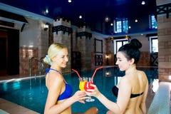 2 девушки бассейном Стоковое Изображение RF