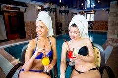 2 девушки бассейном Стоковые Фотографии RF