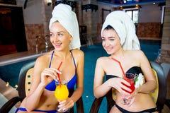 2 девушки бассейном Стоковое фото RF