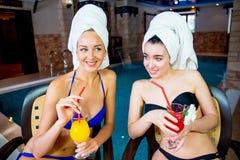 2 девушки бассейном Стоковое Изображение