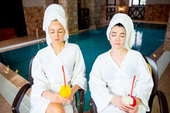 2 девушки бассейном Стоковое Фото