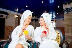 2 девушки бассейном Стоковые Изображения