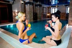 2 девушки бассейном Стоковые Изображения RF