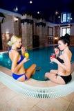 2 девушки бассейном Стоковая Фотография RF