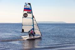 2 девушки бегут спорт плавая на Реке Волга в солнечном дне Стоковые Изображения RF
