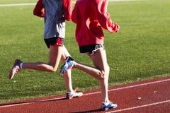 2 девушки бежать быстро на следе Стоковая Фотография RF