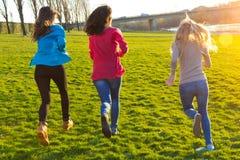 3 девушки бежать в парке Стоковое Изображение RF