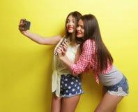 2 девушки битника красоты с микрофоном принимают selfi Стоковые Изображения