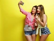 2 девушки битника красоты с микрофоном принимают selfi Стоковые Фотографии RF