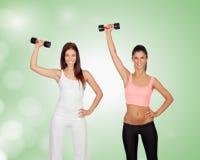 2 девушки брюнет затягивая их мышцы Стоковые Фото