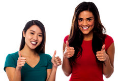 2 девушки веселя вверх с большими пальцами руки вверх Стоковая Фотография RF