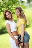2 девушки вися вне в парке Стоковое Изображение RF