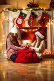 2 девушки воюя для коробки с подарком на рождество Стоковая Фотография