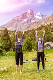 2 девушки встречая солнце Стоковая Фотография