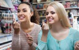2 девушки выбирают лоск губы Стоковое Фото