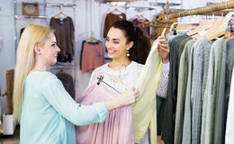 2 девушки выбирая одежды Стоковые Изображения RF