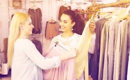 2 девушки выбирая одежды Стоковое Фото