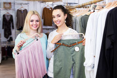 2 девушки выбирая одежды Стоковые Фотографии RF