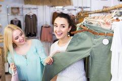 2 девушки выбирая одежды Стоковые Изображения