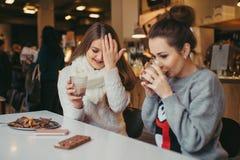 2 девушки выпивая кофе в кафе Стоковое Изображение RF