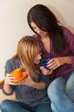 2 девушки выпивая кофе Стоковое Изображение RF