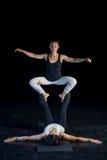 2 девушки выполняя представления acro-йоги Стоковые Изображения