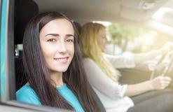 2 девушки в автомобиле Стоковые Изображения RF